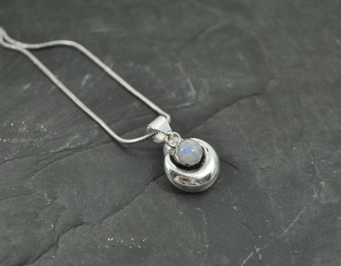piedra luna pendant